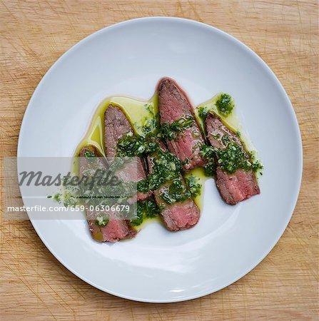 Steak mit Chimichurri-Sauce gekrönt geschnitten