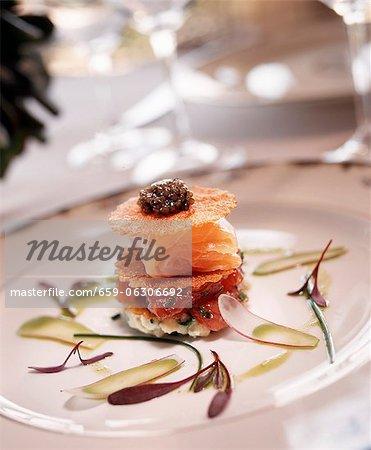 Saumon et Caviar apéritif sur une assiette blanche