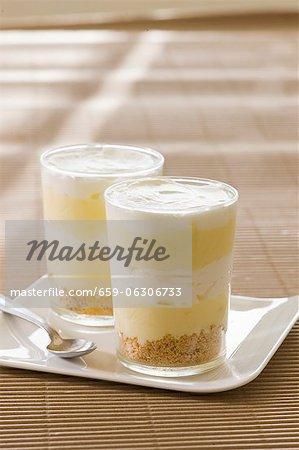 Desserts mit Zitrone Creme geschichtet