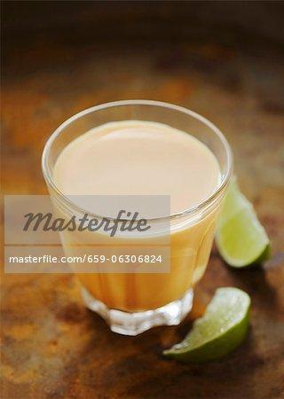 Un verre de lassi à la mangue (boisson au yogourt de mangue)