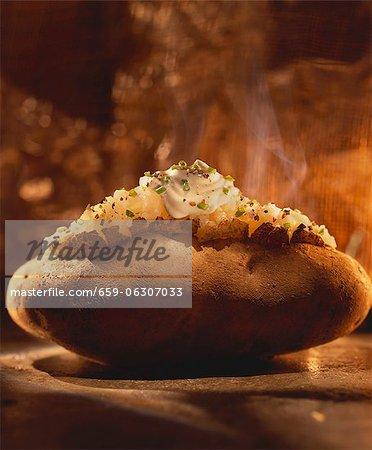 Une cuisson à la vapeur au four pommes de terre avec la crème sure et ciboulette