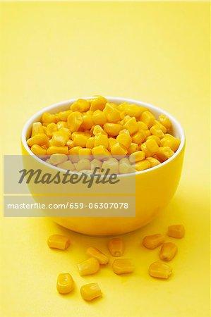 Zuckermais in eine gelbe Schale
