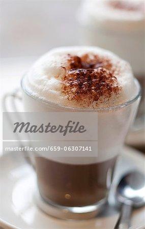 Schokoladen-Cappuccino mit Schaum im Glas
