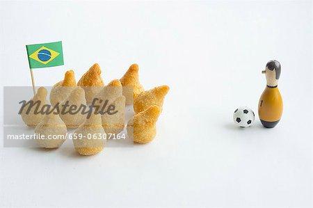 Salgadinhos mit eine brasilianische Flagge und Fussball-Dekorationen