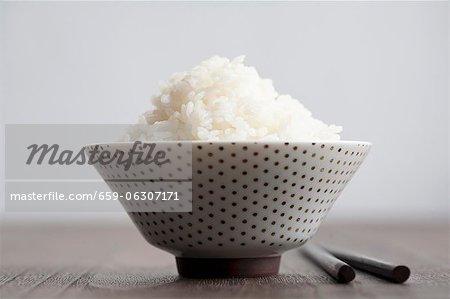 Weißer Reis in eine Schüssel grün