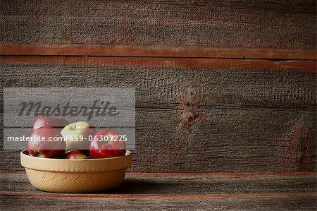 Un bol de pommes assorties dans un cadre rustique