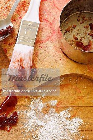 Schmutzig Tools und Pan machen Erdbeer Glasur