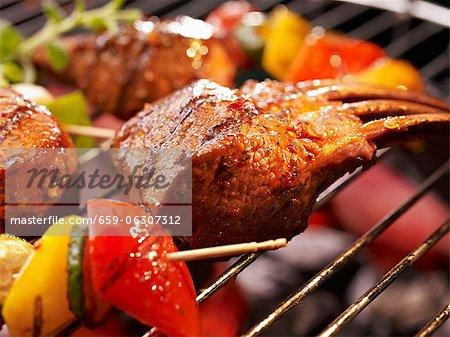 Côtes et légumes sur le barbecue (gros plan)