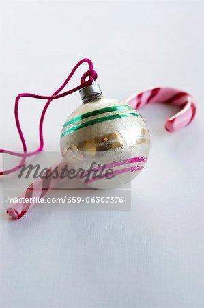 Une boule de sapin de Noël et une canne en bonbon