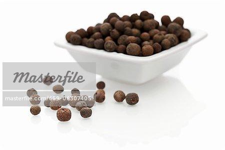 Piment Beeren in eine Schüssel geben und neben dem