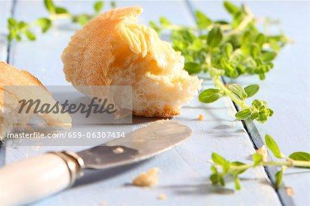 Weißbrot mit Butter zu verbreiten