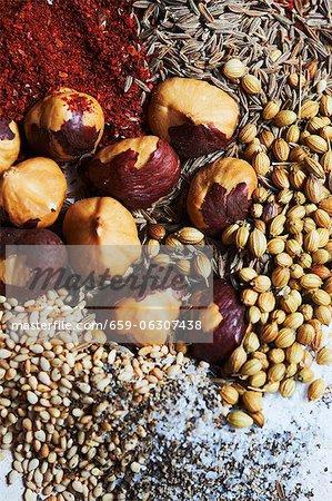 Zutaten für die Herstellung von Dukkah Gewürzmischung