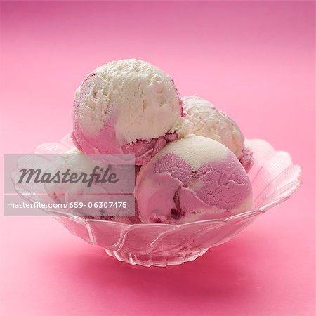 Himbeere und Vanille-Eis in eine Glasschale