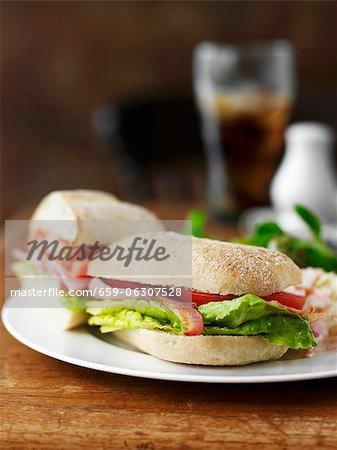 BLT-Sandwich auf einer Platte