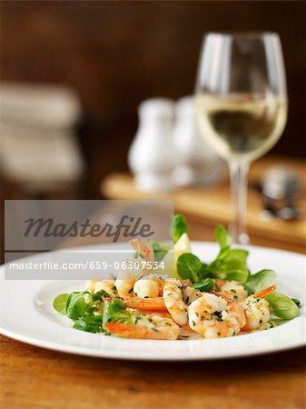 Knoblauch-Garnelen mit Feldsalat und ein Glas Weißwein