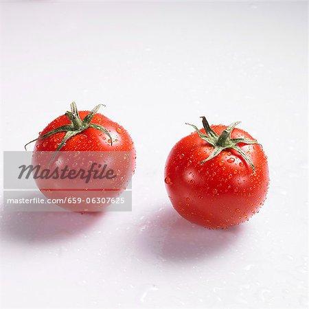 Deux tomates avec gouttes d'eau