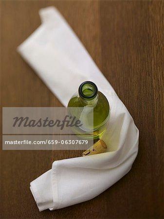 Eine offene Flasche Riesling mit einer weißen Serviette