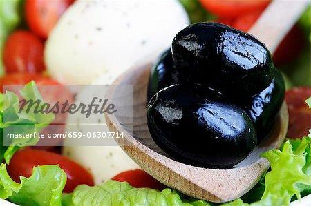Mozzarella avec tomates, laitue et olives