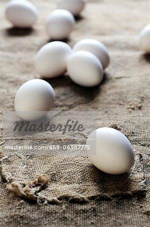 Weiße Eier auf einem Stück jute