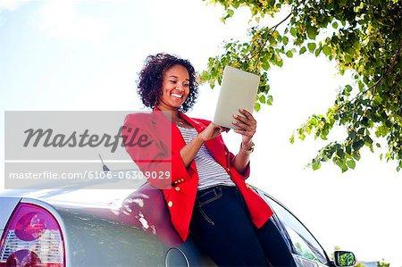 Ein junges Mädchen mit einem Tablettgerät außerhalb /