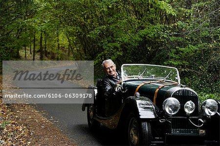 senior homme volant de voiture antique