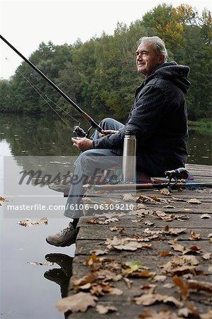 Senior Man Angeln vom pier