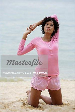 Femme sur la plage qui s'étend et le Levant.