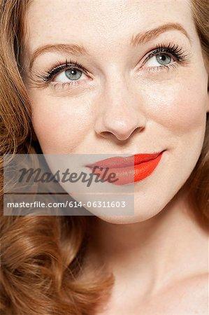 Frau trägt roten Lippenstift