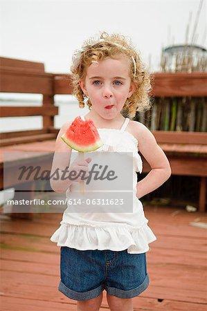 Fille de manger la pastèque