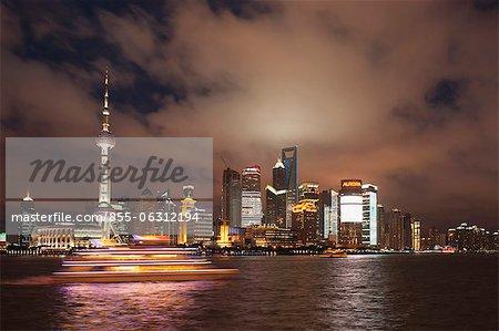 Skyline von Lujiazui Pudong Bund bei Nacht, Shanghai, China
