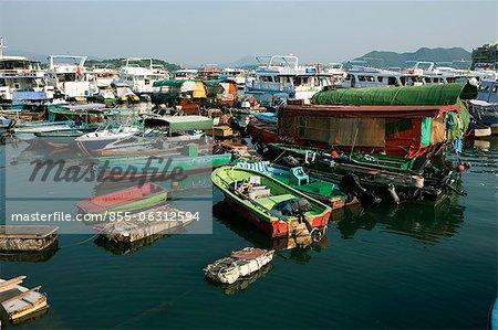 Fischerboote und Yachten Ankern in Sai Kung, Hong Kong