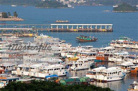 Yachts et bateaux d'ancrage de la jetée, Sai Kung, Hong Kong