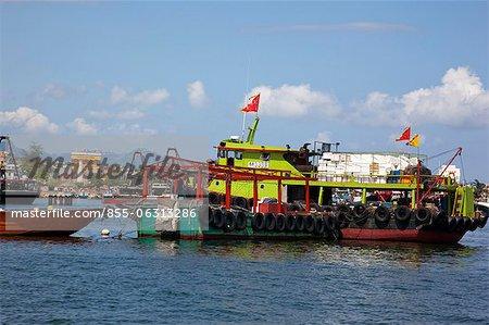 Bateaux de pêche d'ancrage à Cheung Chau, Hong Kong