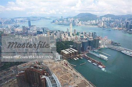 Balayage oculaire de l'oiseau du quartier de Tsimshatsui et les toits de Hong Kong de Sky100, 393 mètres au-dessus du niveau de la mer, Hong Kong
