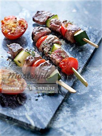 Rindfleisch und Gemüse-Spießchen und Tomaten Provence-Stil