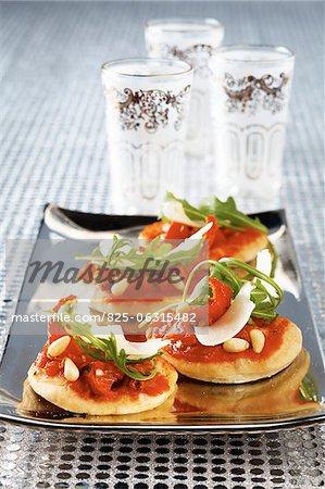 Tomates séchées au soleil et mini-pizzas rocket