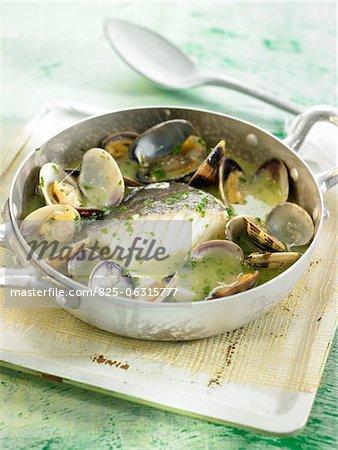 Sel-cabillaud cuit avec des palourdes, vin blanc et le persil