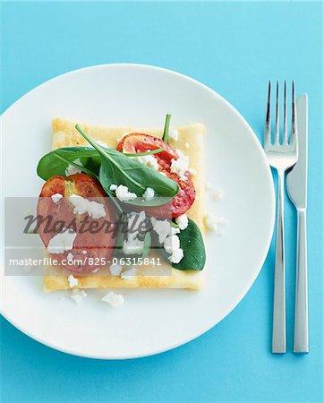 Einzelne Tomaten, Basilikum und Parmesan dünnen Teig tart