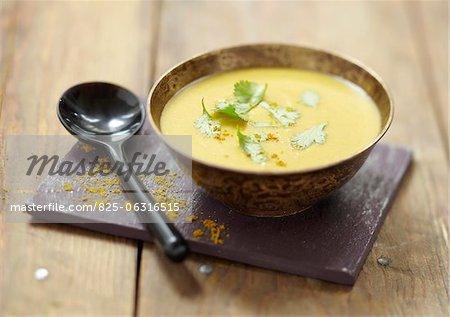 Soupe aux lentilles et curry orange