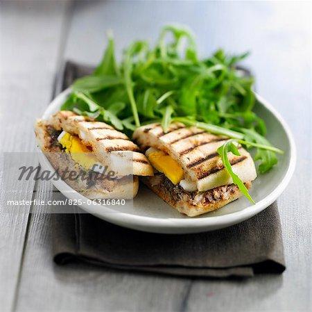 Sandwich grillé sardines et oeufs