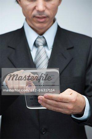 Homme d'affaires de lecture de données métiers sur tablette numérique avancée, recadrée