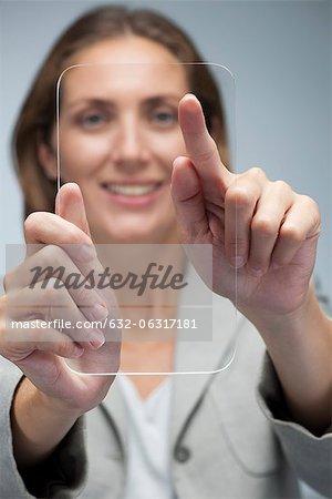 Femme d'affaires en utilisant une tablette numérique transparente