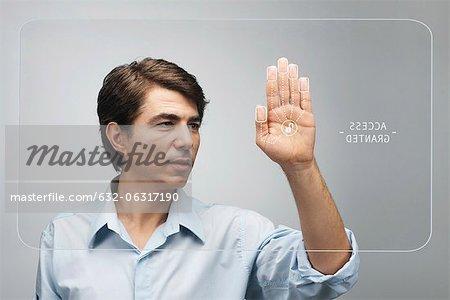 Homme l'accès sur un écran tactile à l'aide du système de biométrie