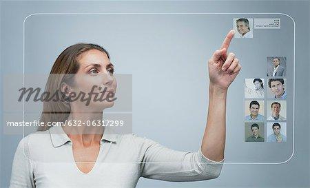 Femme utilisant internet dating service sur un écran tactile avancé