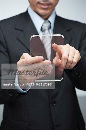 Homme d'affaires en utilisant une tablette numérique transparente