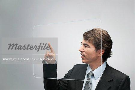 Homme d'affaires en utilisant l'écran tactile transparent grande