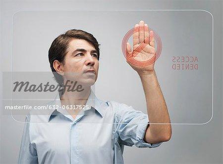 Homme vu refuser l'accès sur un écran tactile avancé