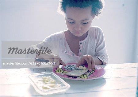 Kleines Mädchen einen Snack vorbereiten