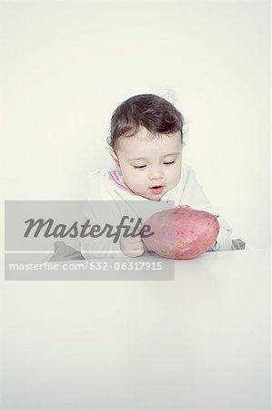 Kind starrte auf Süßkartoffel, Porträt
