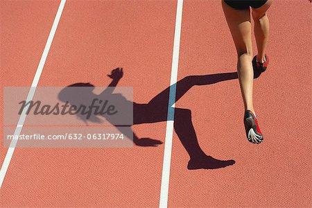 Sportlerin läuft planmäßig, niedrige Abschnitt Fokus auf Schatten